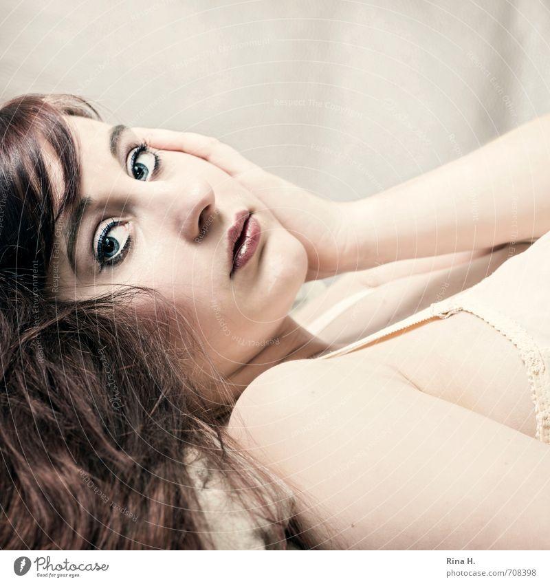 SehnSucht II Junge Frau Jugendliche 1 Mensch 18-30 Jahre Erwachsene Unterwäsche brünett rothaarig langhaarig liegen schön Wärme feminin Wunsch Blick Sehnsucht