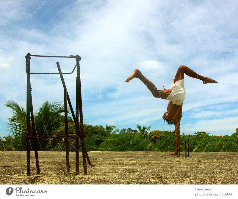 Capoeira Mensch Himmel Sommer Freude Strand Ferien & Urlaub & Reisen Wolken Sport Tanzen maskulin Lifestyle Aktion Dach Freizeit & Hobby Fitness