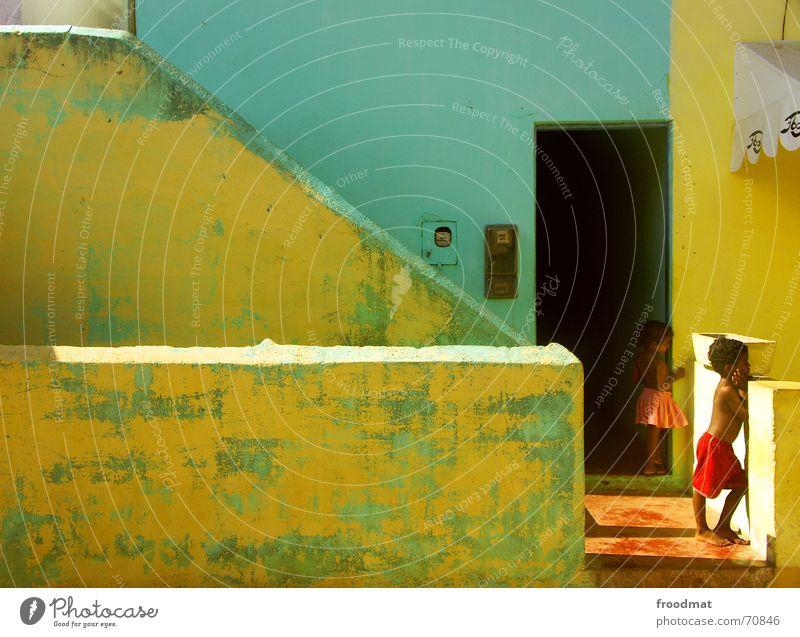 girl and boy Mensch Kind grün Mädchen Ferien & Urlaub & Reisen Haus Farbe gelb Wand Junge Mauer Kindheit warten Armut Treppe Lifestyle