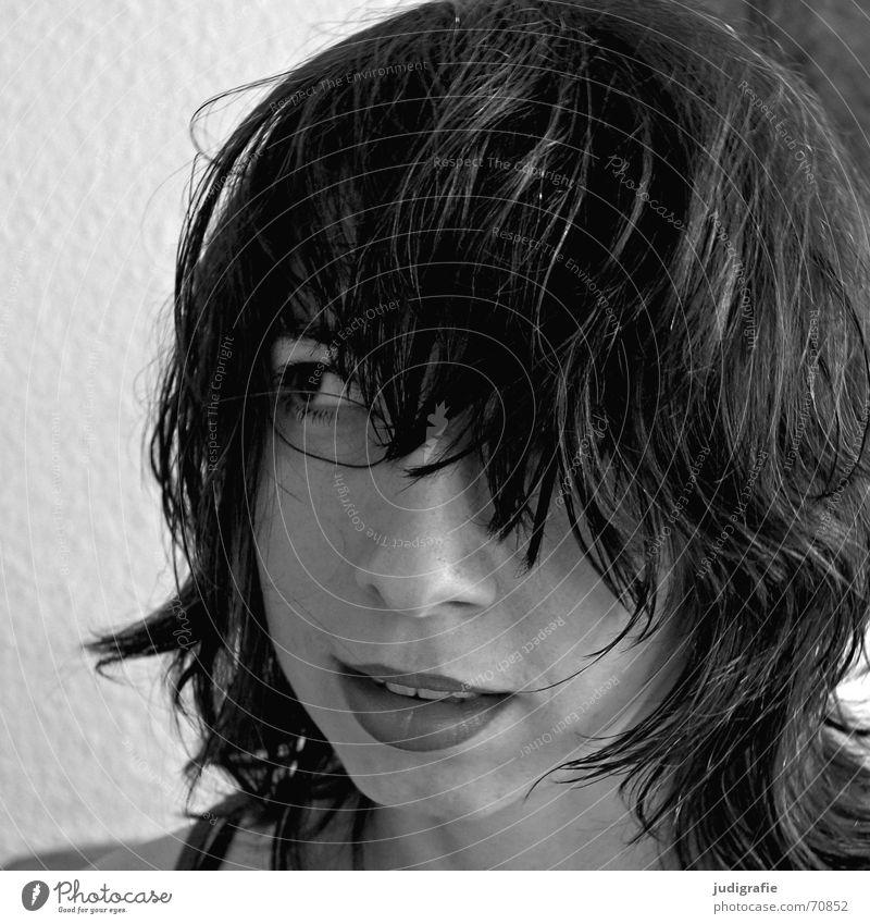 Portrait Porträt Frau schwarz weiß skeptisch Denken Haare & Frisuren Haarsträhne Lippen Kinn Wand Raufasertapete Mensch Gesicht Blick aufwärts lachen beobachten