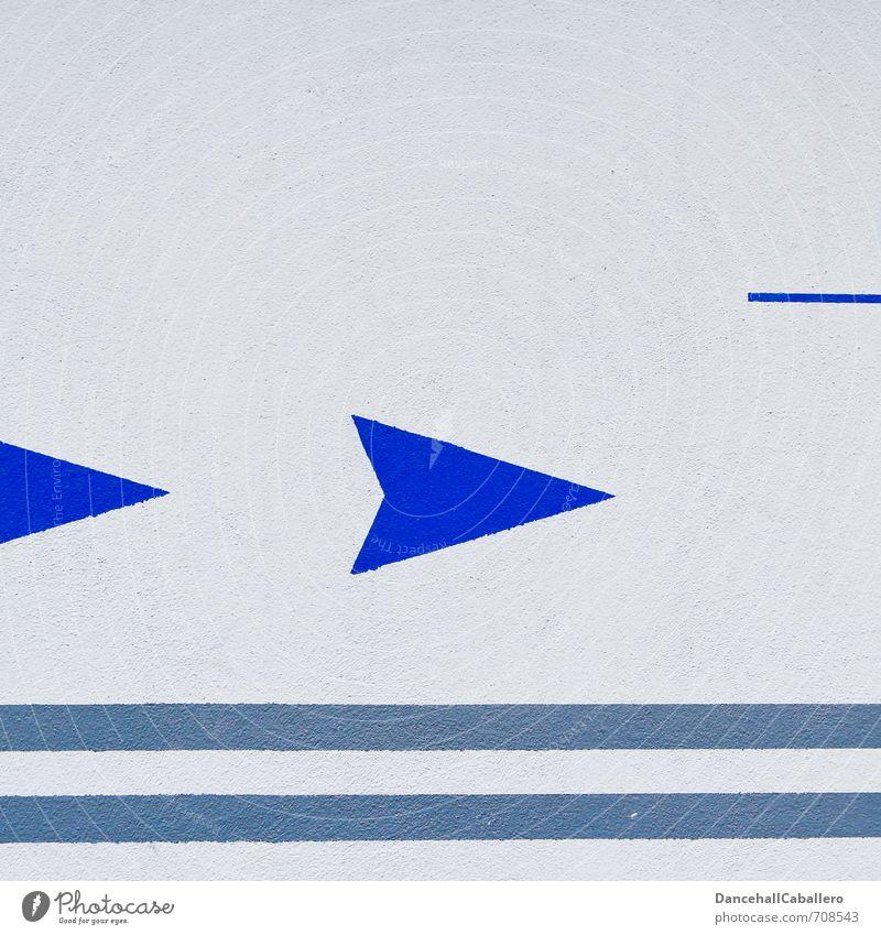 Rechts rum... Mauer Wand Zeichen Schilder & Markierungen Pfeil Streifen eckig blau grau weiß Richtung richtungweisend rechts Linie 2 Farbfoto Muster