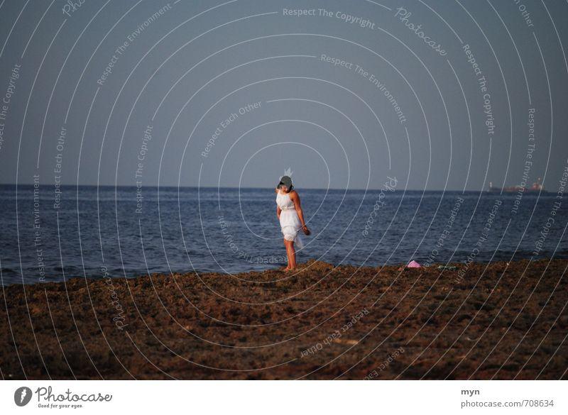 Havanna III feminin Junge Frau Jugendliche Erwachsene 1 Mensch 18-30 Jahre Santeria Voodoo Schamanismus Kleid weiß rasseln Opfergaben Opferung Kuba Kubaner Meer