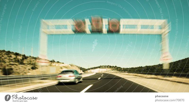 Fast Lane Autobahn fahren Geschwindigkeit PKW KFZ Ampel Strommast Verkehr Verkehrszeichen Mittelstreifen Sommer Baum grün Sträucher Dalmatien Kroatien Split