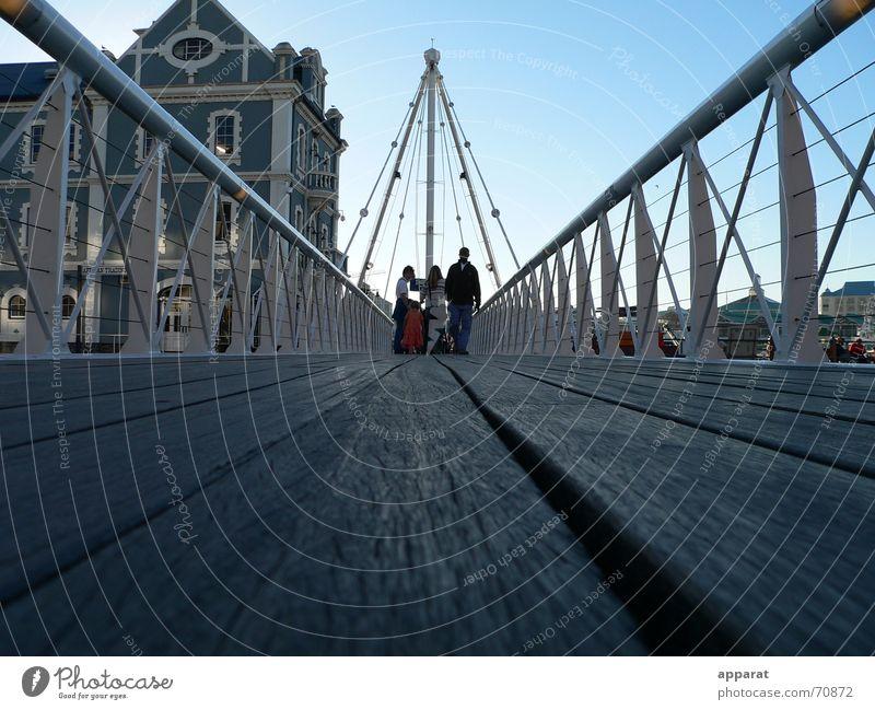 Brücke an der VA-Waterfront in Kapstadt Mensch Stadt Haus Menschengruppe Tourismus Brücke Bodenbelag Hafen Afrika Geländer Brückengeländer Blauer Himmel Drahtseil Südafrika Hafenstadt Fußgängerzone