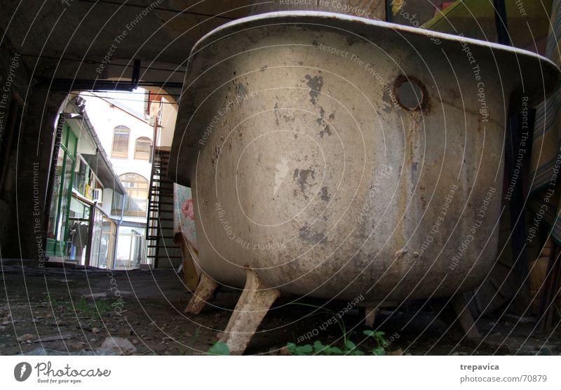wanne alt Einsamkeit dreckig verfaulen Müll Bauernhof Rost Badewanne Zerstörung Rest gebraucht