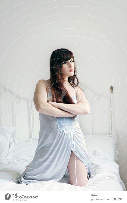 Na und III Bett Junge Frau Jugendliche 1 Mensch 18-30 Jahre Erwachsene brünett rothaarig langhaarig hell rebellisch schön stark feminin weiß knien selbstbewußt