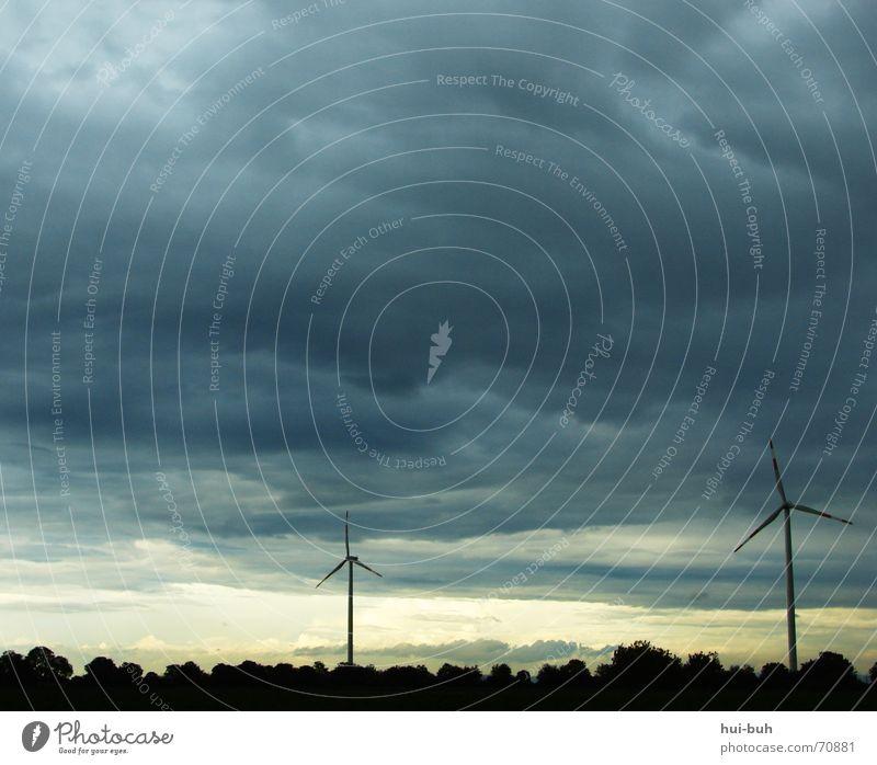 sturm Elektrizität Sturm Wolken schwarz dunkel böse 2 Hochspannungsleitung Wald 3 standhaft Wind Rad Windkraftanlage Energiewirtschaft Himmel Regen Aktion