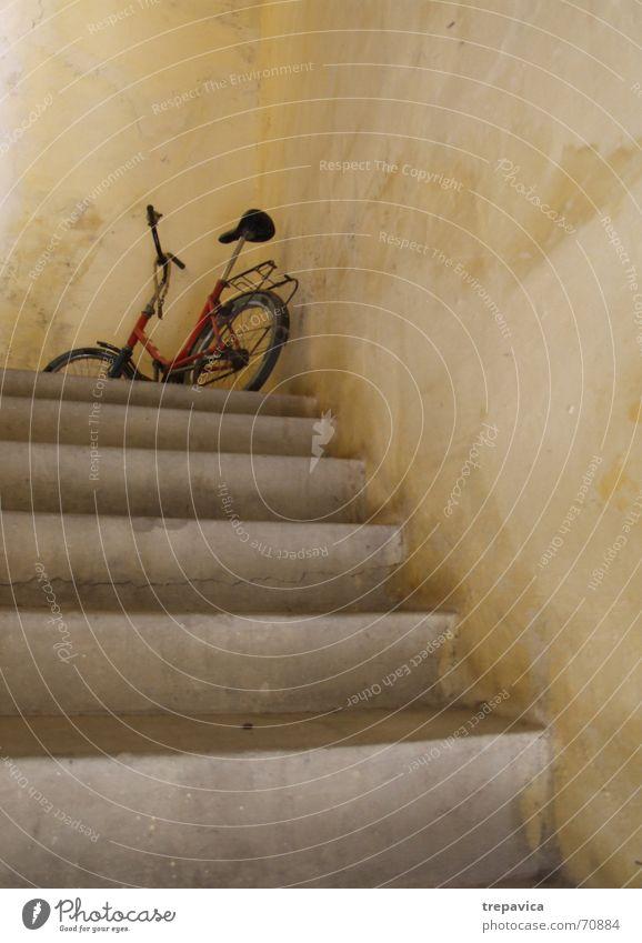 fahrrad alt gelb Wand Fahrrad warten Beton Treppe Parkplatz Besucher rotgelb