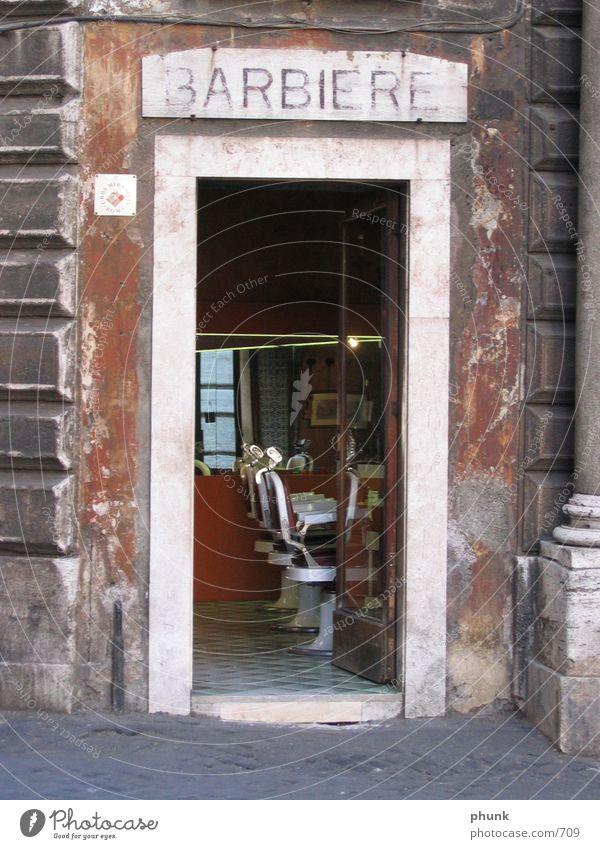 barbiere in roma Rom Italien Rasieren schmal Verfall Friseur Stil Europa diesntleistung kleine gasse alt offen Straße Rasierer