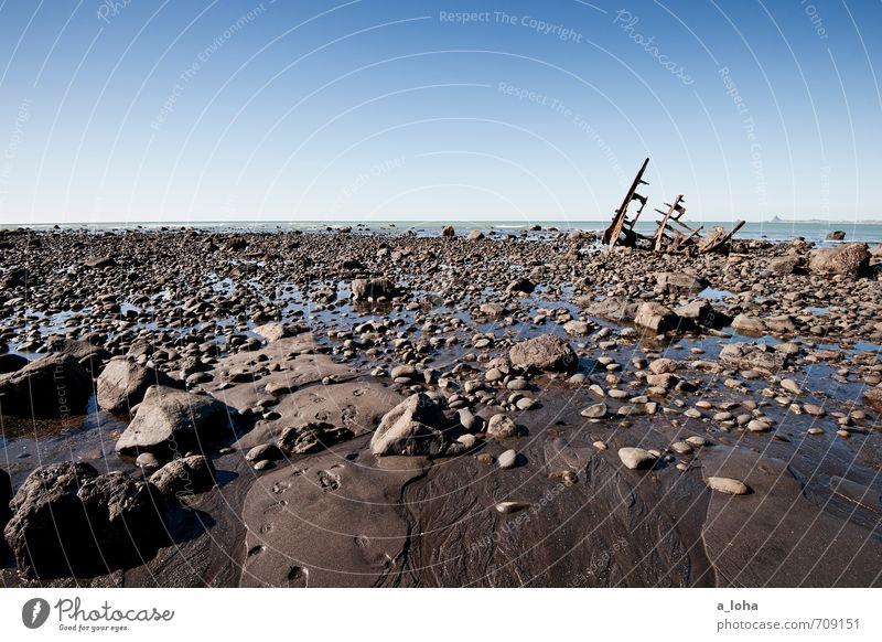 The SS Gairloch Umwelt Natur Urelemente Sand Wasser Wolkenloser Himmel Horizont Sommer Schönes Wetter Küste Strand Meer Schifffahrt Stein Metall alt kaputt