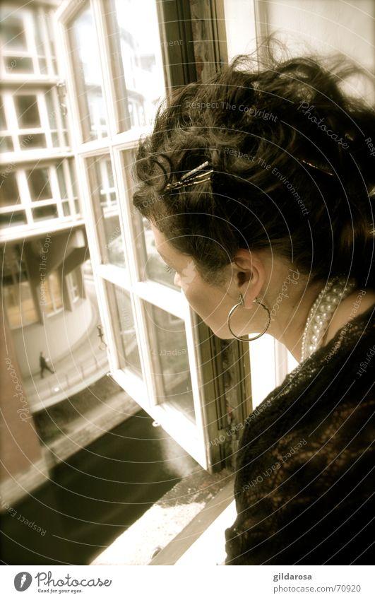Kleiner Mann Frau Fenster Schultertuch Zwerg Perlenkette Sehnsucht Aussicht schwarzhaarig window hair Haare & Frisuren Blick Perspektive spitzentuch