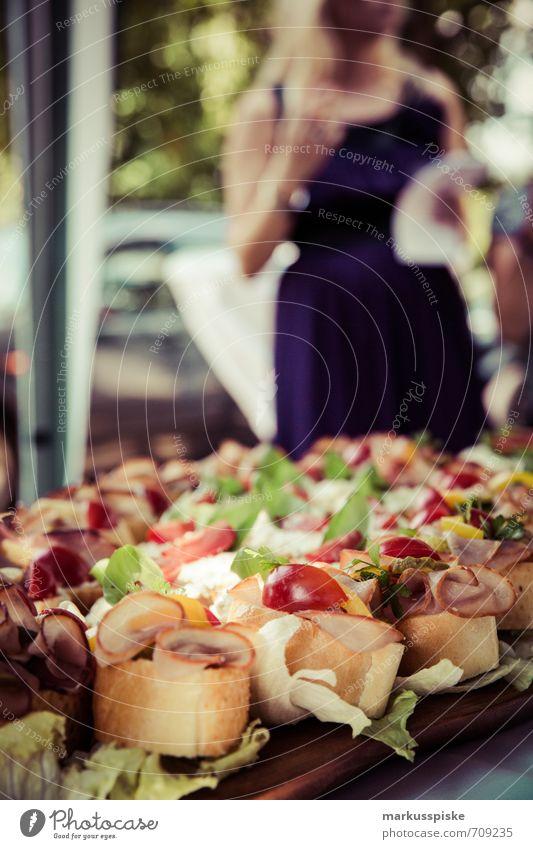 häppchen party Frau Jugendliche Junge Frau Freude 18-30 Jahre Erwachsene Essen feminin Lifestyle Feste & Feiern Lebensmittel Mode Party elegant Geburtstag
