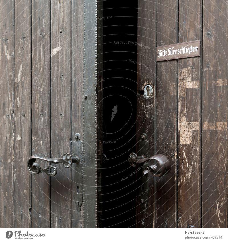 Wunsch & Wirklichkeit alt schwarz dunkel Gebäude braun Tür offen Schilder & Markierungen Schriftzeichen ästhetisch geschlossen Hinweisschild retro historisch Wunsch Tor