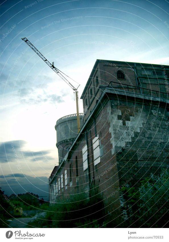 Festungbauten mit Industrie alt Industriefotografie Turm Backstein Kran Abenddämmerung Kavalier
