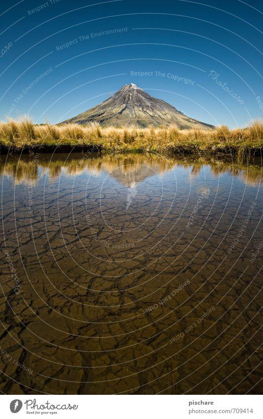 Der einsame Vulkan Natur Landschaft Erde Wasser Wolkenloser Himmel Schönes Wetter Sträucher Gipfel Teich ästhetisch exotisch gigantisch schön Abenteuer