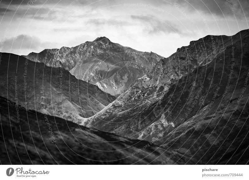 Vierter Berg Mitte Natur Landschaft Felsen Berge u. Gebirge Gipfel bedrohlich dunkel eckig Abenteuer Ferien & Urlaub & Reisen Neuseeland Schwarzweißfoto