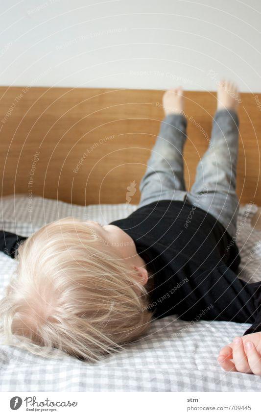 einfach mal alle vier gerade sein lassen Mensch Kind Erholung Hand ruhig Leben Junge Haare & Frisuren Kopf liegen Freizeit & Hobby Wohnung maskulin