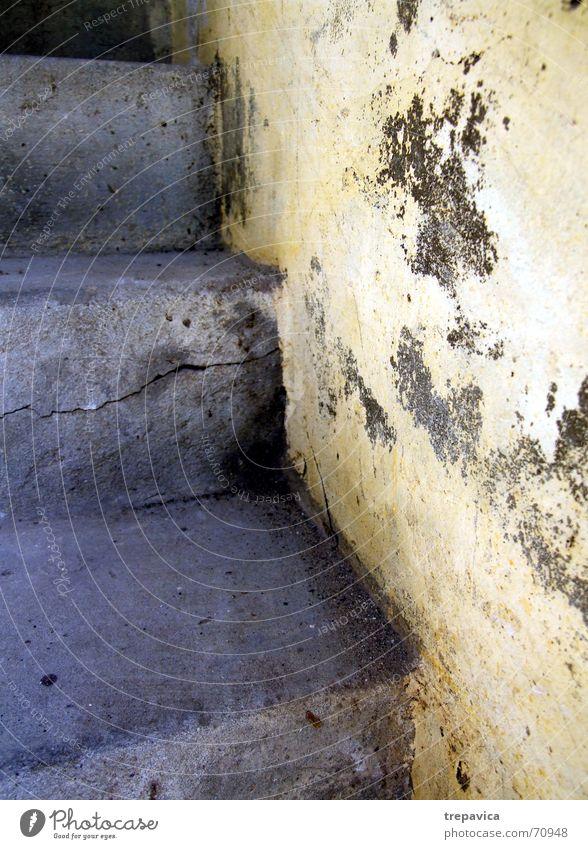 treppe alt gelb Wand oben dreckig Beton Treppe Riss