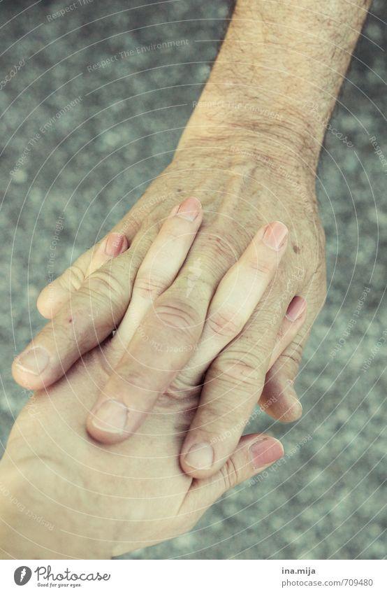 Papas schützende Hand II Mensch Kind Jugendliche 18-30 Jahre Erwachsene Leben Senior feminin Zusammensein maskulin Familie & Verwandtschaft Haut 60 und älter