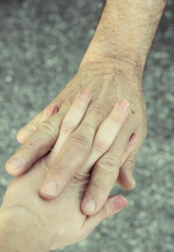 Papas schützende Hand II Mensch maskulin feminin Eltern Erwachsene Vater Großvater Familie & Verwandtschaft Jugendliche Senior Leben Haut Finger 2 13-18 Jahre