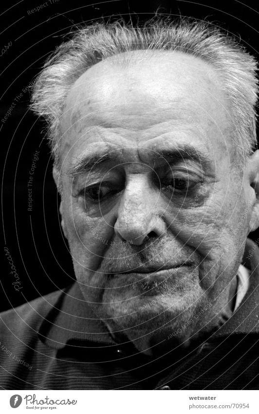 old man Mann Großvater Trauer alt grandpa sad Traurigkeit Falte Gesicht face bw schwarzweis blick unten skin Haut