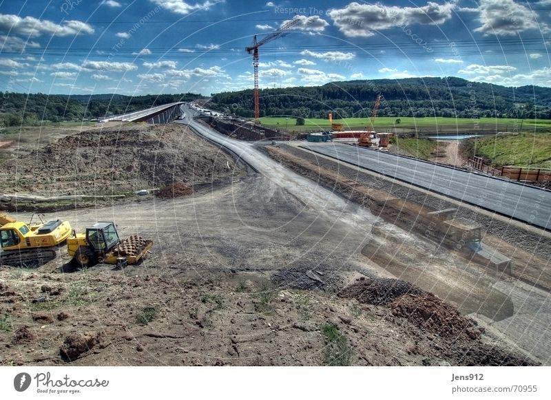 Soda-Brücke Dynamikkompression HDR Asphalt Baustelle Kran Bauschutt Bagger Walze Lastwagen Baum Wald Wolken dri Straße Tal schalung Erde bewehrung Himmel