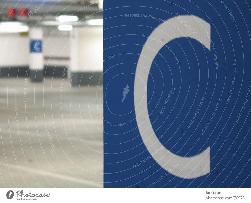 """Deck C Parkdeck Säule tief Typographie weiß Unschärfe leer unterirdisch blau buchstabe """"""""c"""""""""""