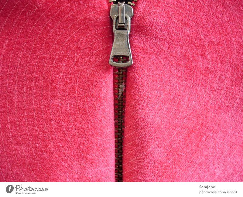 Mach mich auf! Reißverschluss schließen geschlossen offen aufmachen oben verdeckt Stoff weich samtig Pullover Bekleidung Jacke Physik Plüsch Fleece rosa rot
