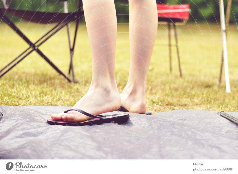 Camping Saison Freizeit & Hobby Ferien & Urlaub & Reisen Ausflug Sommer Sommerurlaub feminin Beine Fuß Natur Erde Gras stehen Abenteuer Tourismus Flipflops