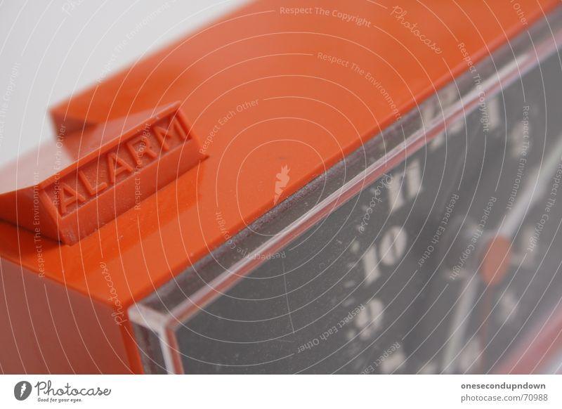 ALARM! Wecker retro old-school Siebziger Jahre Typographie Zeit Alarm ausgeklappt Acryl Uhr clock Foyer Uhrenzeiger time Detailaufnahme alarm clock