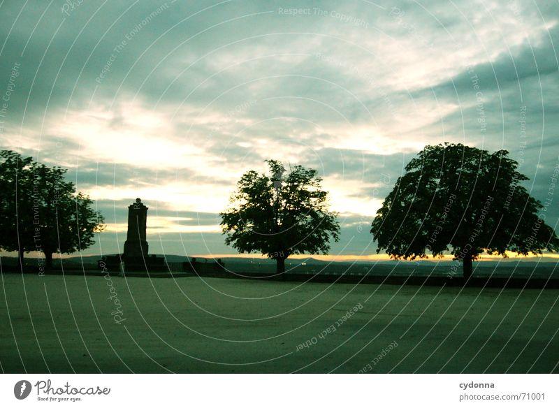 Dämmerung Stimmung Sonnenuntergang Wolken Baum Denkmal Klassik Einsamkeit ruhig dunkel Silhouette Park Garten Bauwerk Aussicht Sonnenstrahlen Architektur Sommer