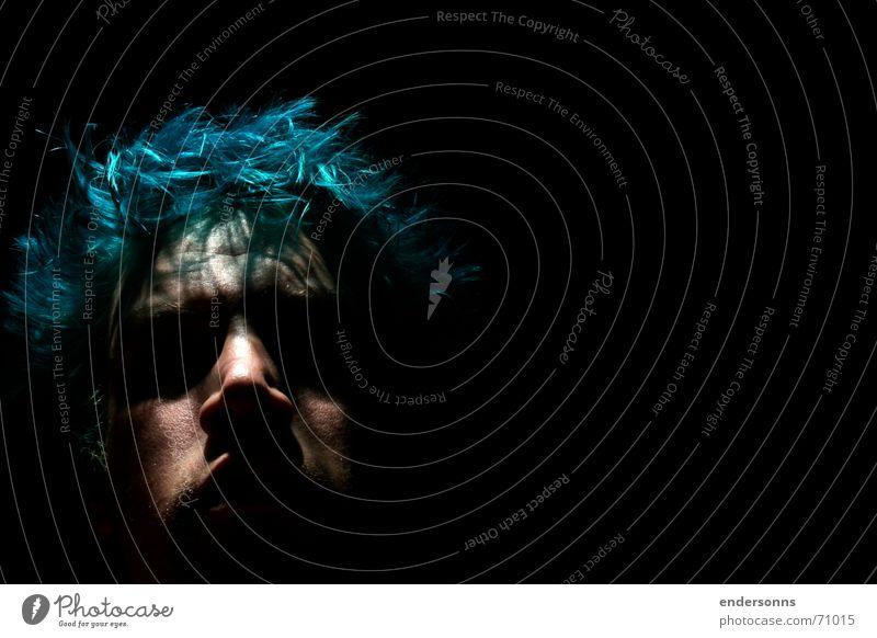 blue hair Mensch Mann blau Gesicht dunkel Haare & Frisuren Stil Traurigkeit Behaarung Punk Haarfarbe Männergesicht Vor dunklem Hintergrund Haarstrukturen