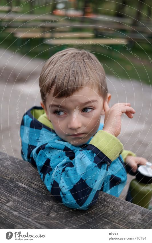 ich hör wohl nicht richtig Mensch Kind Natur blau Hand Herbst Wege & Pfade Junge Gras Haare & Frisuren Denken Kopf braun Garten Park Freizeit & Hobby