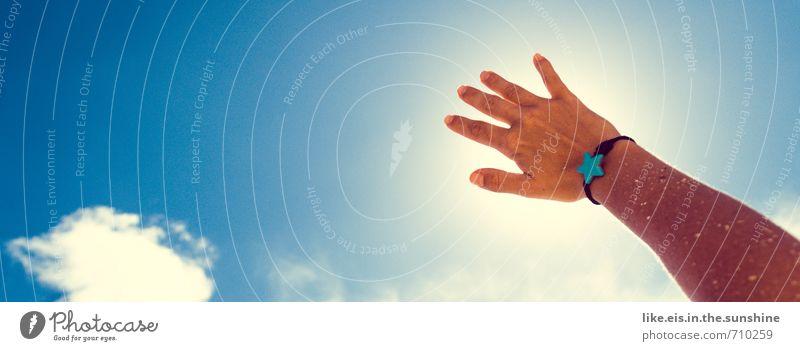 sommerbräune Frau Himmel Ferien & Urlaub & Reisen Sommer Sonne Erholung Hand Wolken Ferne Strand Erwachsene Leben feminin Freiheit Freizeit & Hobby Zufriedenheit