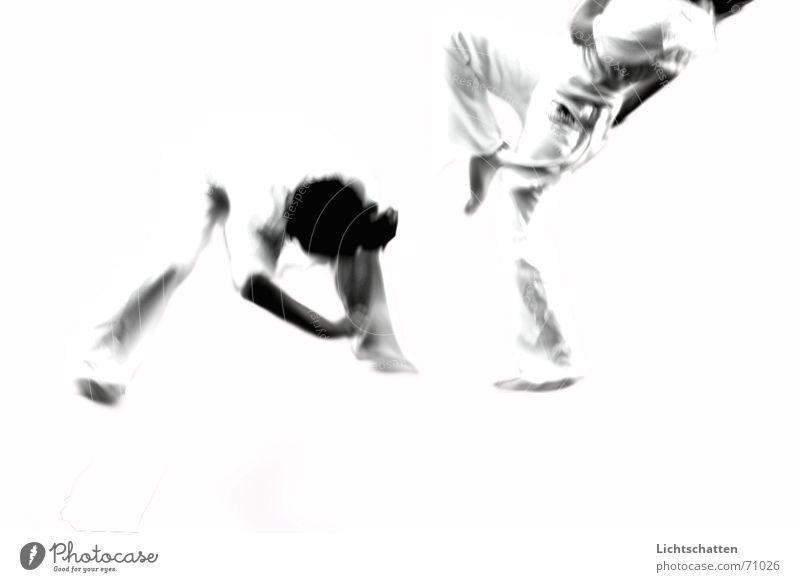 capoeira II Frau Mann Sport Bewegung Tanzen Aktion kämpfen Kampfsport Capoeira Vor hellem Hintergrund