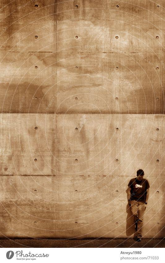 waiting for.... Wand Mauer warten Beton stehen Sepia anlehnen
