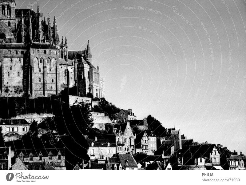 Saint Michel Insel Mont-Saint-Michel Europa Frankreich Normandie schön schwarz weiß Grauwert Infrarotaufnahme Orden Kloster Weltkulturerbe Gotik Außenaufnahme