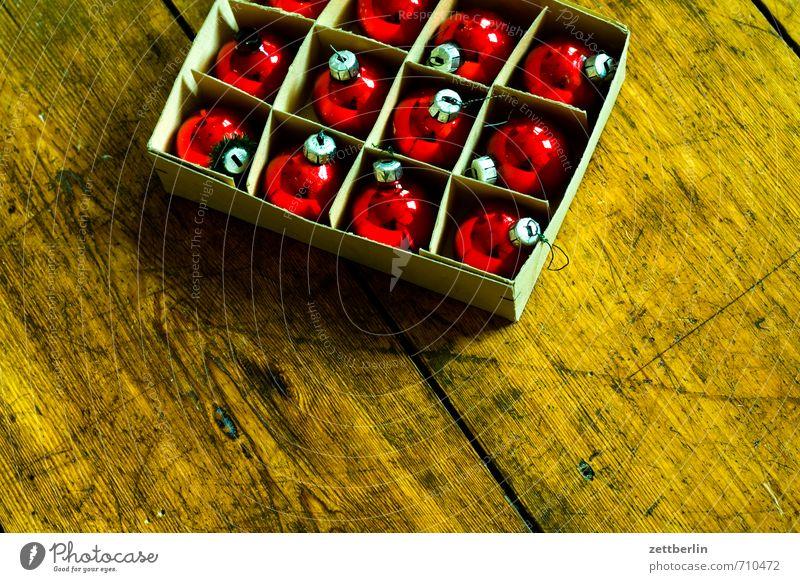Weihnachten Weihnachten & Advent rot Dekoration & Verzierung Glas Weihnachtsbaum Kugel Schmuck Tradition Verpackung Flur Christbaumkugel Vorfreude Holzfußboden Schachtel Baumschmuck