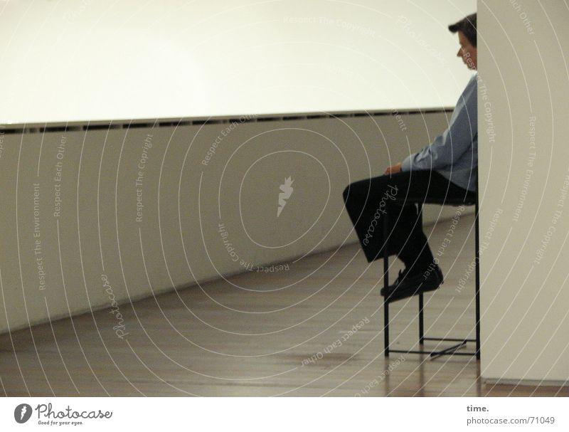 Time is on my side Einsamkeit Wand Traurigkeit Mauer Denken warten Zeit sitzen Stuhl Beruf Langeweile Museum Ausdauer hocken besinnlich Hocker