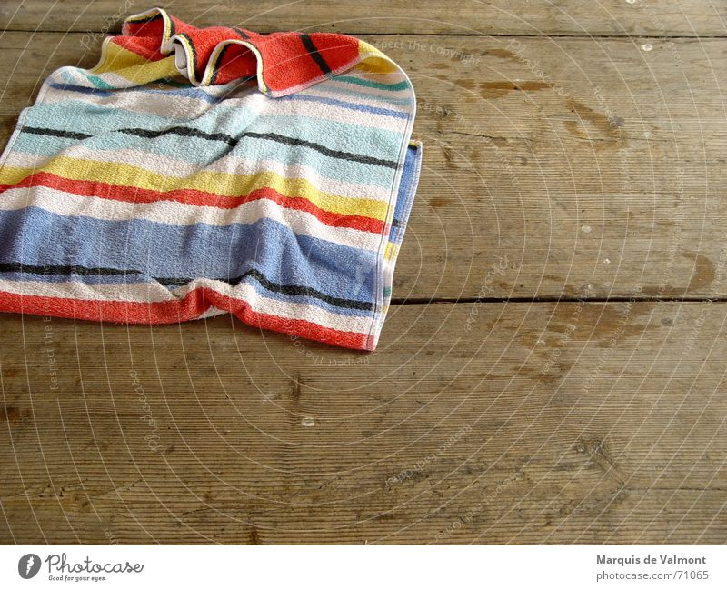Badetag Handtuch Badetuch Dielenboden Holzfußboden nass Fußspur Stoff Streifen trocken Sauberkeit feucht Furche Schwimmen & Baden Bodenbelag Wasser Maserung alt