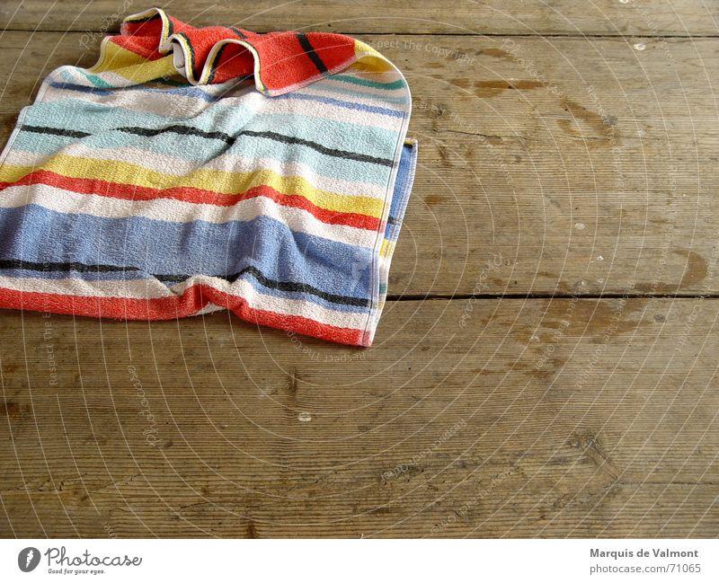 Badetag Wasser alt Holz nass Bad Bodenbelag Sauberkeit Streifen Schwimmen & Baden Stoff trocken Fußspur feucht Furche Handtuch Holzfußboden