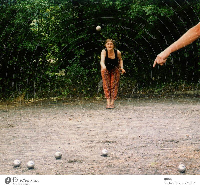 Besserwisser Spielen Boule feminin Frau Erwachsene 1 Mensch 2 Baum Platz Kugel stehen Willensstärke Mut Tatkraft Vorsicht Gelassenheit Leben Neugier Bewegung