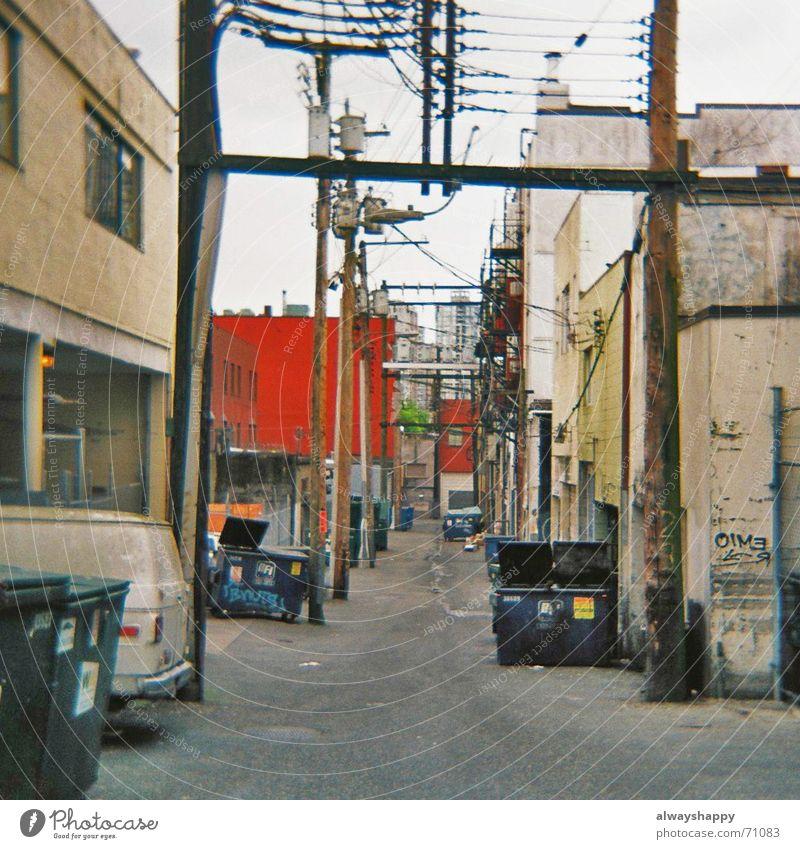 selling crack dreckig Kabel trashig schäbig Stadtzentrum Stadtteil Hinterhof Müllbehälter Hochspannungsleitung Mittelformat Vancouver Rückseite Seitenstraße