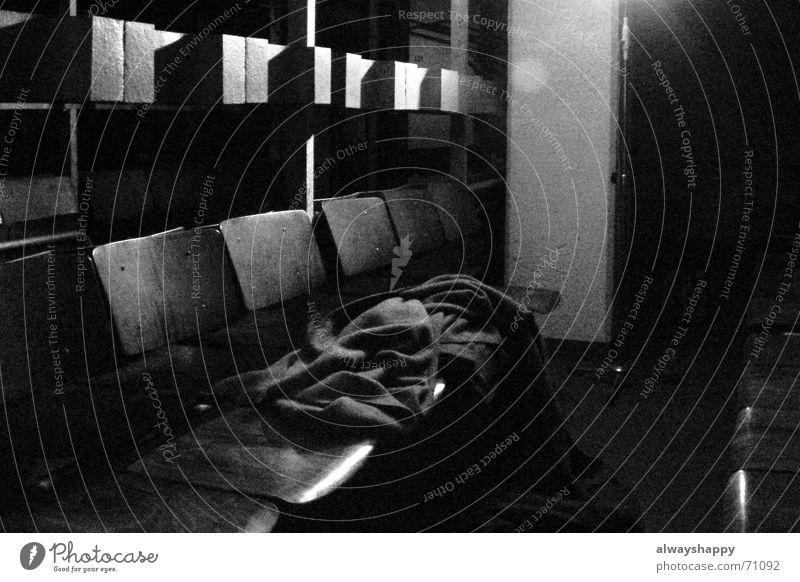 waiting room dunkel Beton bedrohlich Raum Krieg Sitzgelegenheit Bunker unbequem eingeschlossen Wartesaal Kopfstütze