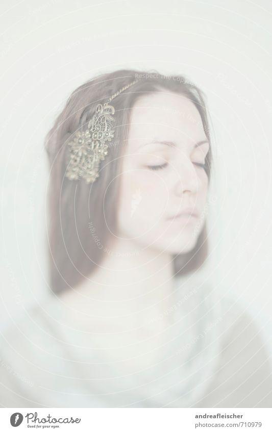 Kind des Nebels Mensch Jugendliche schön Junge Frau 18-30 Jahre Erwachsene Gefühle feminin Kunst träumen Zufriedenheit elegant ästhetisch weich geheimnisvoll
