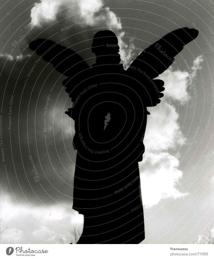 """""""ich werde dich geleiten"""" Silhouette Gegenlicht Wolken bedrohlich Friedhof München Bibel Götter Jesus Christus Engel Schwarzweißfoto friedlich ostfriedhof"""