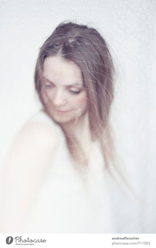 Vom Winde. feminin Junge Frau Jugendliche 1 Mensch 18-30 Jahre Erwachsene brünett langhaarig Scheitel Bewegung glänzend Lächeln Blick stehen träumen warten