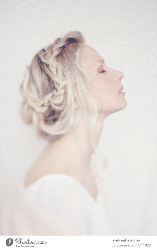 Von Hauch bis Zart. Mensch Jugendliche schön weiß Junge Frau Erholung Einsamkeit 18-30 Jahre Erwachsene feminin Haare & Frisuren außergewöhnlich hell träumen