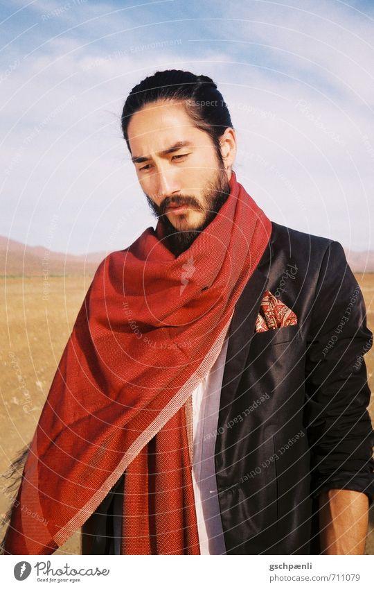 Rot in der Wüste Mann Erwachsene Bart 1 Mensch Landschaft Sand Schönes Wetter Dürre Mode Anzug Schal schwarzhaarig Vollbart träumen Traurigkeit ästhetisch