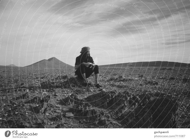 Nomade Stil Tourismus Abenteuer Ferne Mann Erwachsene 1 Mensch Umwelt Landschaft Sand Sonne Wärme Dürre Wüste Kopftuch Stein beobachten genießen sitzen